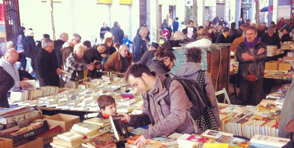 Picture of shoppers at the secondhand book market in Sant Antoni